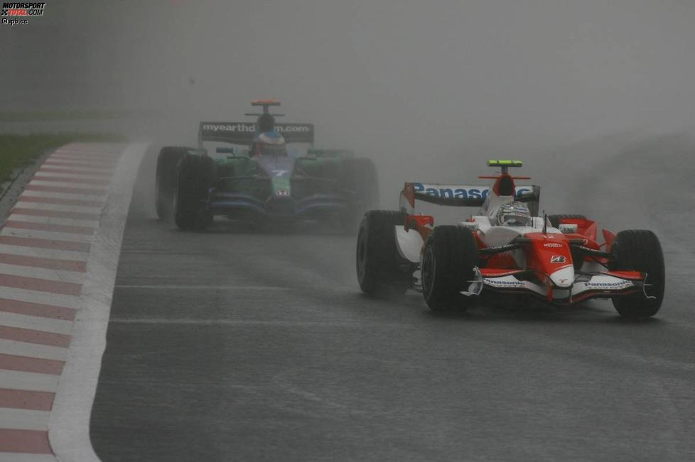 Jarno Trulli (Toyota) vor Jenson Button (Honda F1 Team)