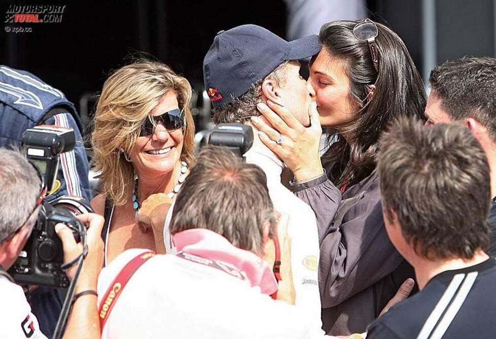 Küsschen von Karen Minier für David Coulthard (Red Bull)