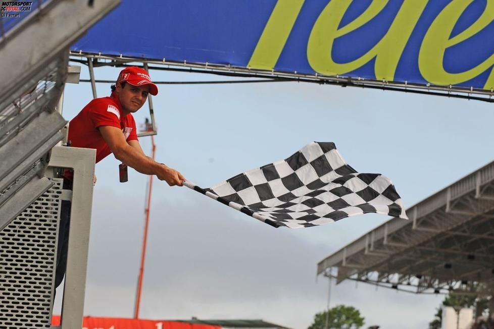 Felipe Massa (Ferrari) schwenkt die Zielflagge