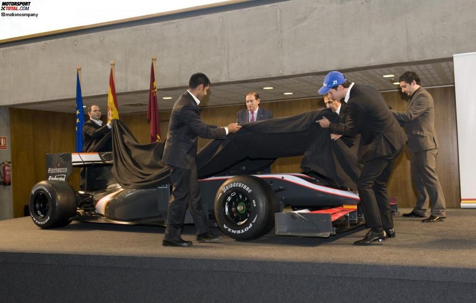 Colin Kolles (Teamchef), Karun Chandhok und Bruno Senna enthüllen das Dallara-Chassis