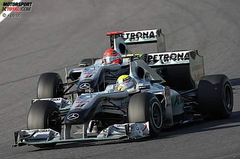 Hartes Duell mit dem Teamkollegen in Japan: Michael Schumacher setzt Nico Rosberg arg zu, das Team spricht aber keine Stallorder aus