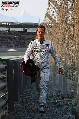 Nach dem frühen Ausfall im letzten Rennen geht Michael Schumacher zu Fuß zurück an die Box