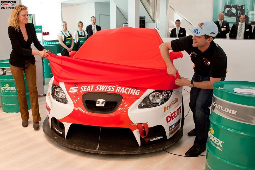 Christina Surer und Fredy Barth (SEAT Swiss) enthüllen die neue Autolackierung