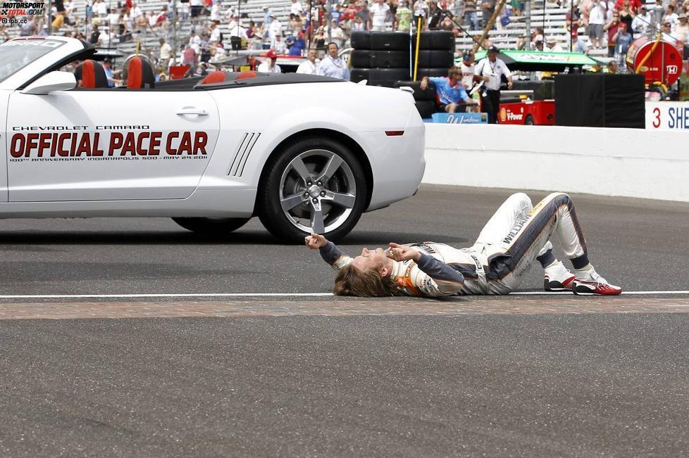 Dan Wheldon ist nach seinen zweiten Indy-500-Sieg außer sich vor Freude