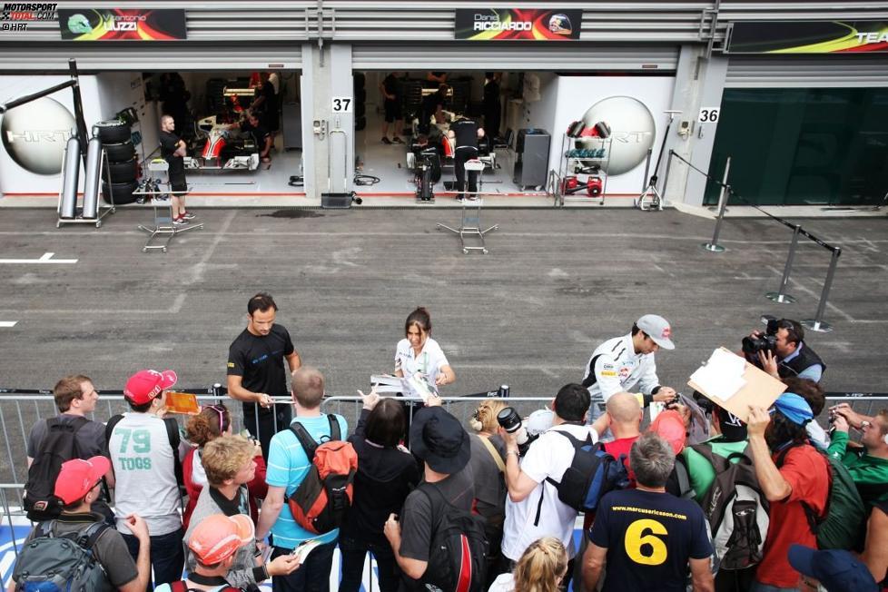 Vitantonio Liuzzi und Daniel Ricciardo (HRT) geben Autogramme