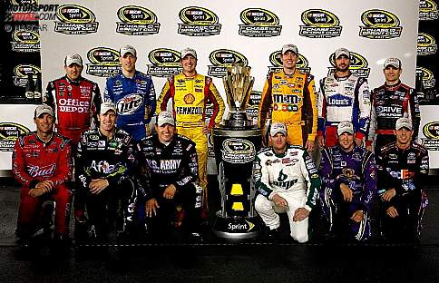 Die zwölf Chase-Teilnehmer 2011: Tony Stewart, Brad Keselowski, Kurt Busch, Kyle Busch, Jimmie Johnson, Jeff Gordon, Kevin Harvick, Carl Edwards, Ryan Newman, Matt Kenseth, Denny Hamlin