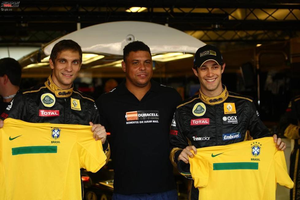 Witali Petrow (Renault) und Bruno Senna (Renault) rahmen Ronaldo ein