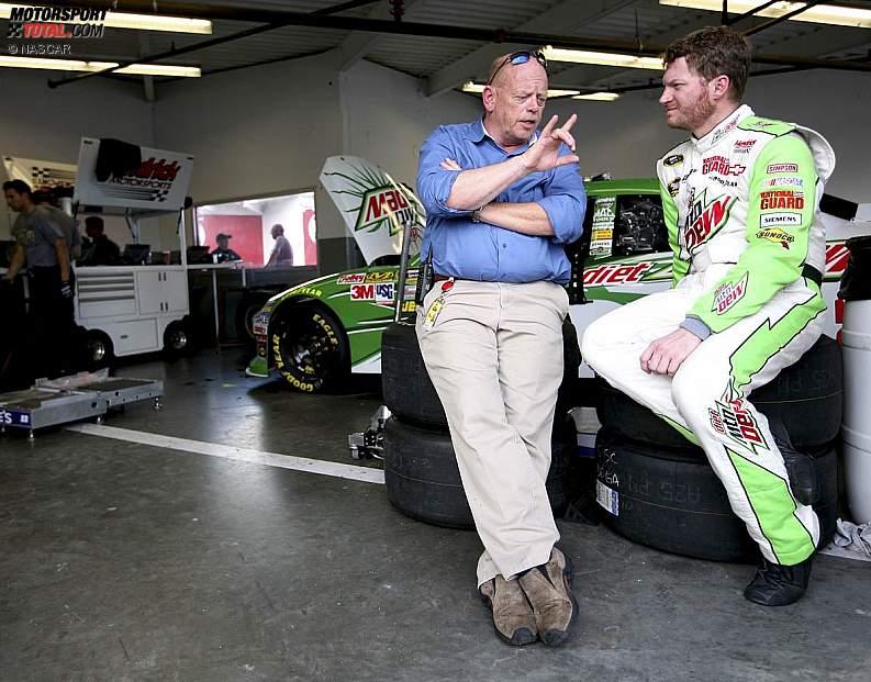 NASCAR-Renndirektor John Darby mit Dale Earnhardt Jr.