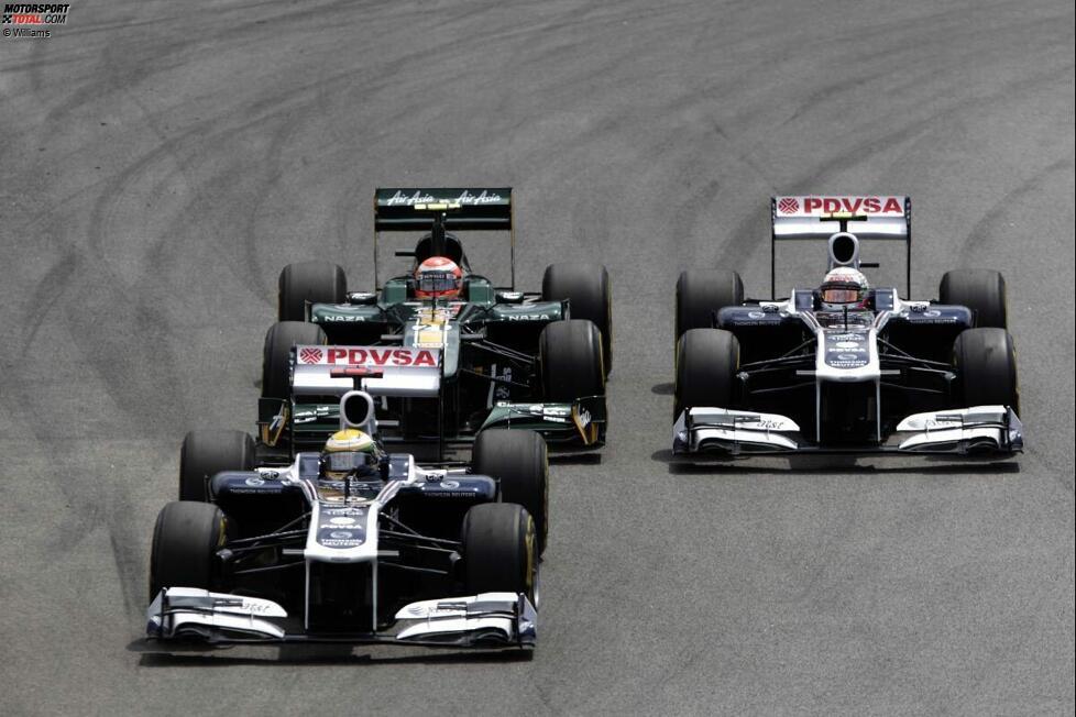 Rubens Barrichello (Williams) und Pastor Maldonado im Zweikampf im Jarno Trulli (Lotus)