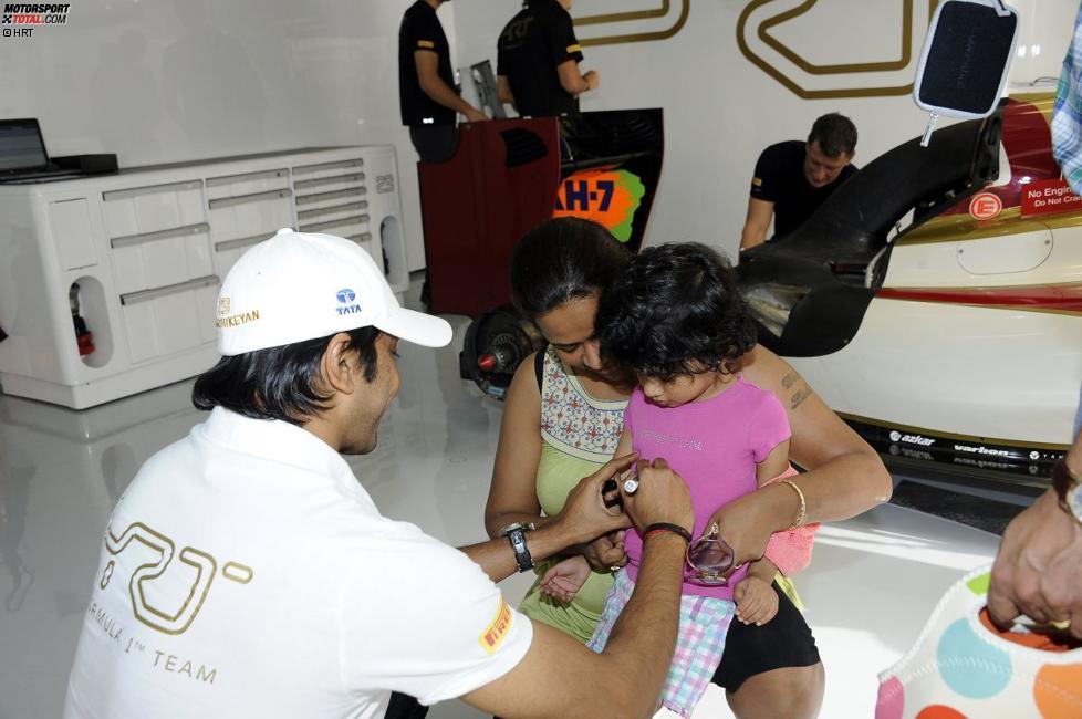 Narain Karthikeyan (HRT) kümmert sich um seine jüngsten Fans