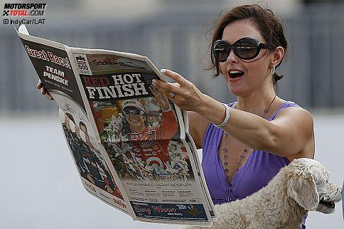 Ashley Judd liest Zeitung