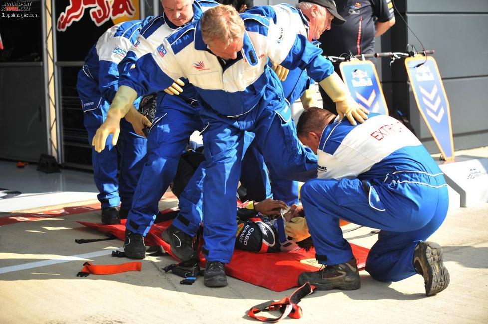 Die Sanitäter üben die Befreiung eines Fahrers aus dem Cockpit mit einem Red-Bull-Mechaniker