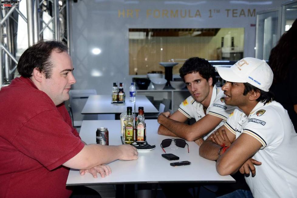 Autosport-Redakteur Edd Straw interviewt Narain Karthikeyan (HRT)