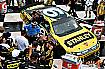 "Marcos Ambrose und die Petty-Crew rund um ""King"" Richard in der Victory Lane"