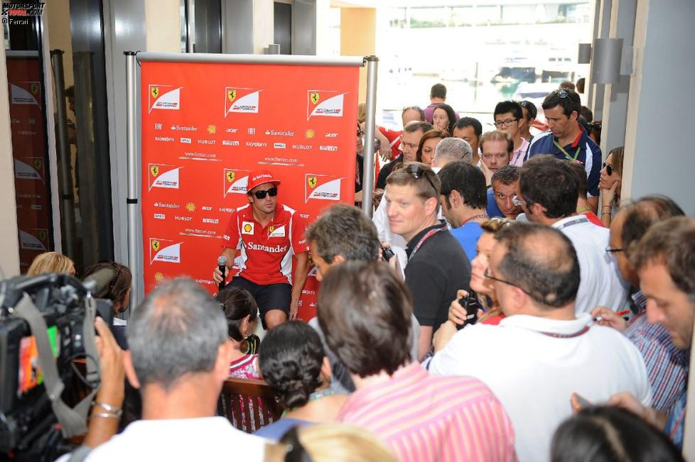 Großer Medienandrang um Fernando Alonso (Ferrari)
