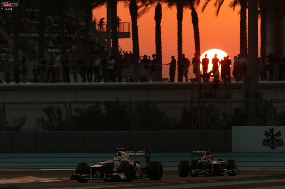 Kamui Kobayashi (Sauber) vor Michael Schumacher (Mercedes)