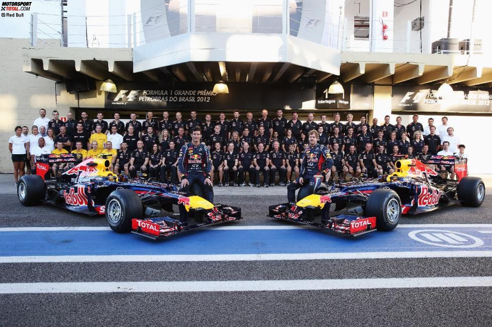 Konstrukteurs-Weltmeister: Sebastian Vettel (Red Bull) und Mark Webber (Red Bull) auf dem Teamfoto 2012