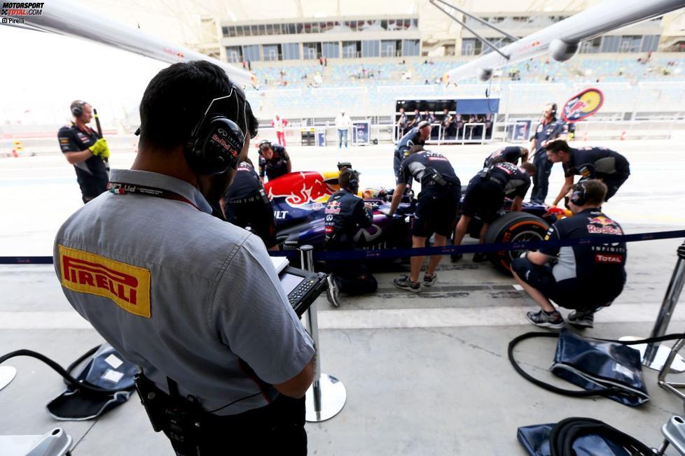 Pirelli-Techniker überwacht das Geschehen bei Red Bull