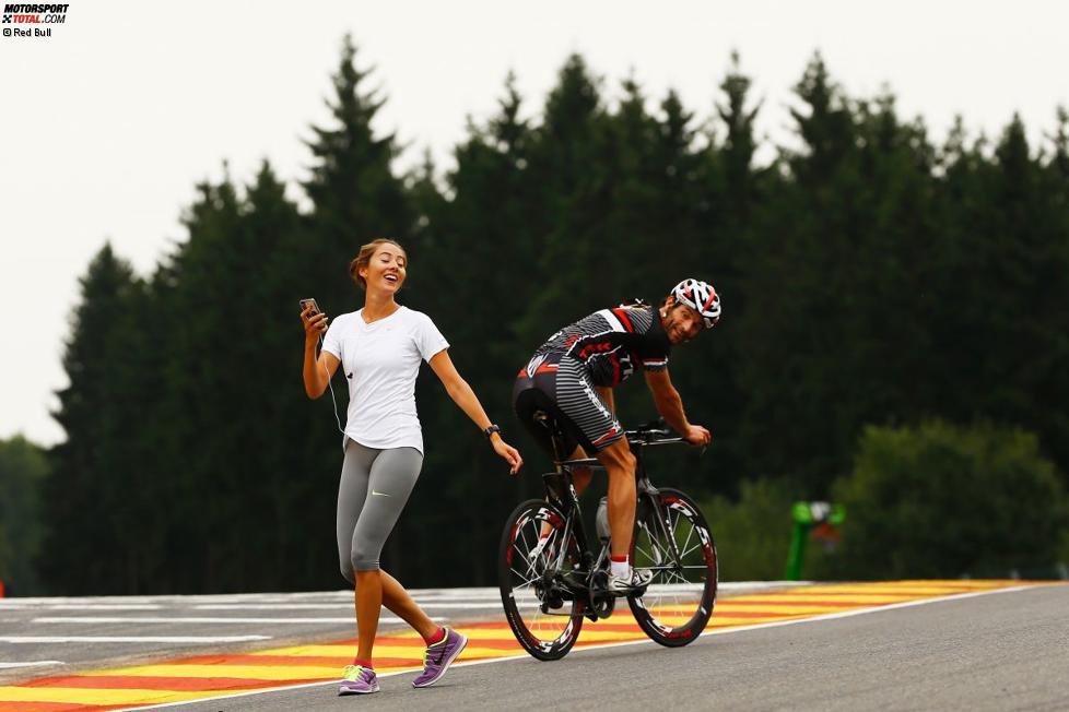 Mark Webber (Red Bull) und Jenson Buttons Freundin Jessica Michibata