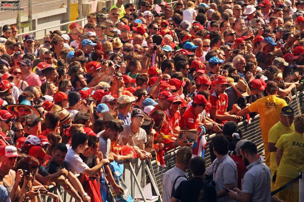 Tausende Fans beim Pitwalk in Barcelona