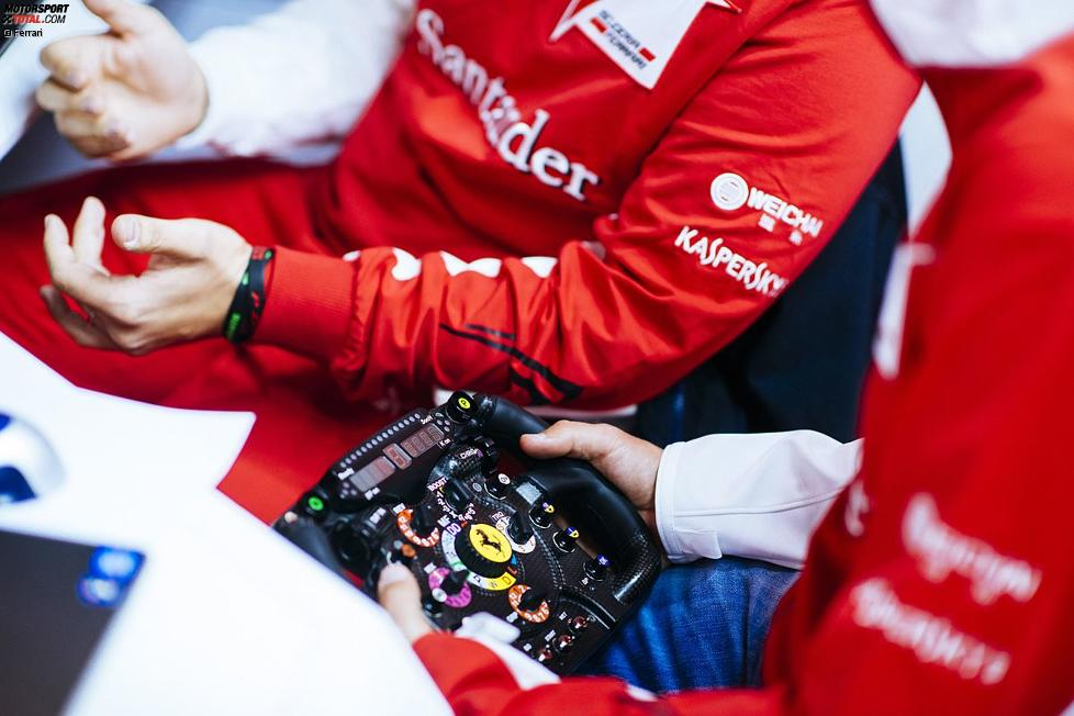Sebastian Vettel mit dem Ferrari-Lenkrad