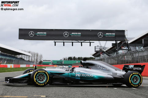 Der Mercedes F1 W08 in Silverstone: Der neue Silberpfeil geht andere Wege beim Design und verzichtet auf eine überproportionierte Heckflosse auf der Motorabdeckung.
