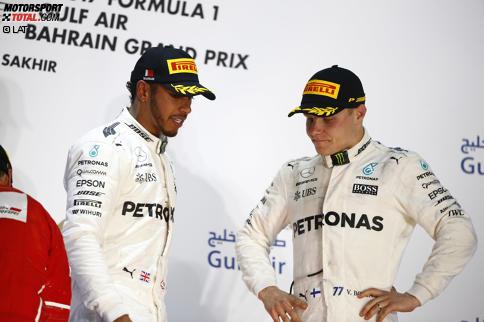 Nachdenklich: Lewis Hamilton und Valtteri Bottas wundern sich auf dem Podium über ihre Niederlage in Bahrain. Wie konnte das passieren? Jetzt durch die Highlights des Rennens klicken!
