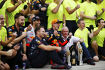 Max Verstappen (Red Bull), Daniel Ricciardo (Red Bull) und Christian Horner