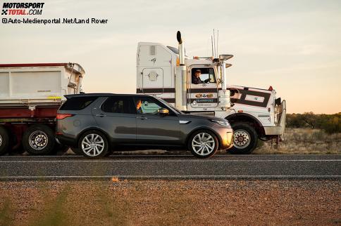 Ungleiches Gespann: Land Rover Discovery und australischer Road Train