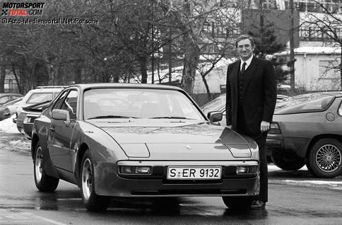 Peter W. Schutz vor einem Porsche 944 Anfang 1982 im Werk 1 in Zuffenhausen