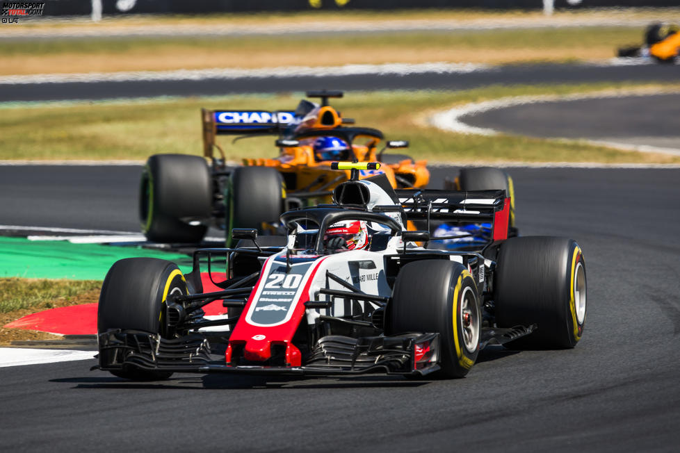 Kevin Magnussen (Haas) und Fernando Alonso (McLaren)
