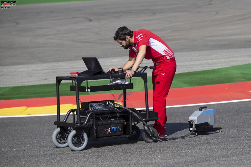 Ferrari-Ingenieur untersucht die Strecke mit einem Scanner
