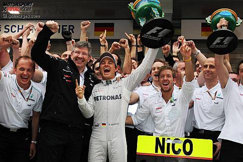 """Gazzetta dello Sport (Italien): """"Nicos Stunde! Rosberg siegt, Mercedes nach 57 Jahren auf Platz eins. Rosberg und Mercedes feiern in China einen historischen Sieg, der der Formel 1 ein neues Format gibt. Mercedes ist ein legendärer Name. Mercedes' Ziel war eigentlich, Schumacher zum Erfolg zu verhelfen. Doch jetzt hat Rosberg gewonnen, und es ist auch so toll. Rosberg ist zweifellos ein Pilot mit Klasse, der 111 Rennen warten musste, um das oberste Podium zu besteigen. Jetzt wird Mercedes de facto ein Protagonist dieser WM: Rosberg hat als einmaliger Regisseur dieses Rennens eine phantastische Pole-Position erobert und das Rennen wie ein Meister dominiert. Zwei Boxenstopps statt drei sind keine brillante Idee von Red Bull. Vettel wird wahnsinnig, jetzt, wo er nicht mehr vorne ist."""""""