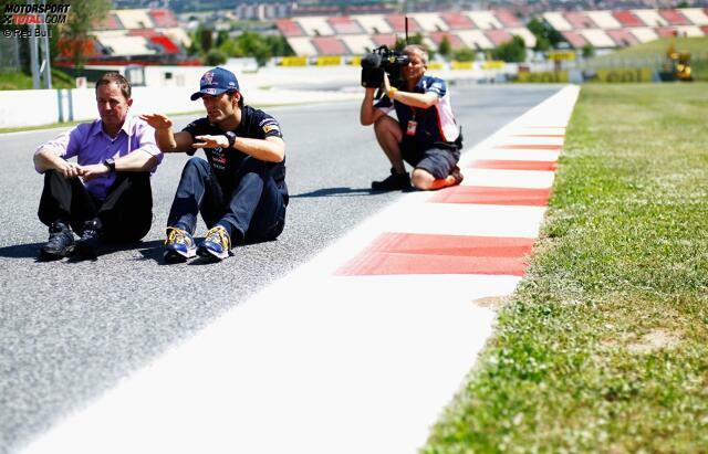 Barcelona-Spezialist Mark Webber, Polesetter der vergangenen beiden Jahre, erklärt TV-Experte Martin Brundle den Circuit de Catalunya. Am Sonntag sollte der Red-Bull-Pilot dann aber seine erste Nullnummer der Saison schreiben.