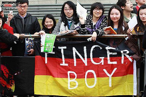 """""""Finger Boy"""": Die chinesischen Fans nehmen Sebastian Vettel dafür auf den Arm, dass er Narain Karthikeyan nach der Kollision beim Grand Prix von Malaysia den Finger zeigte - und zwar nicht den Vettel-Finger, der nach jedem seiner Siege schon fast Kult ist, sondern den Stinkefinger."""