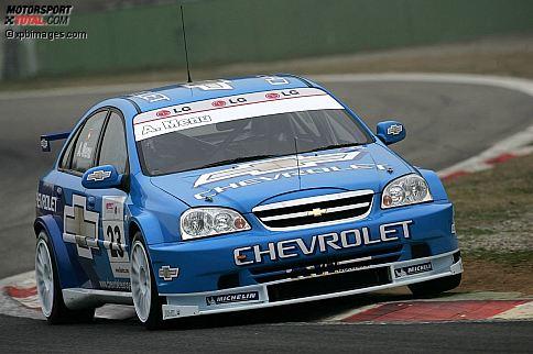 April 2005: Chevrolet deb�tiert mit Rob Huff, Nicola Larini und Alain Menu (Foto) in der WTCC. Schauplatz f�r das erste Rennwochenende ist Monza. Und dort haben die drei Chevrolet Lacetti im Qualifying mehr als drei Sekunden R�ckstand auf die Konkurrenz. In den Rennen landen Huff, Larini und Menu abgeschlagen auf den hinteren Pl�tzen.