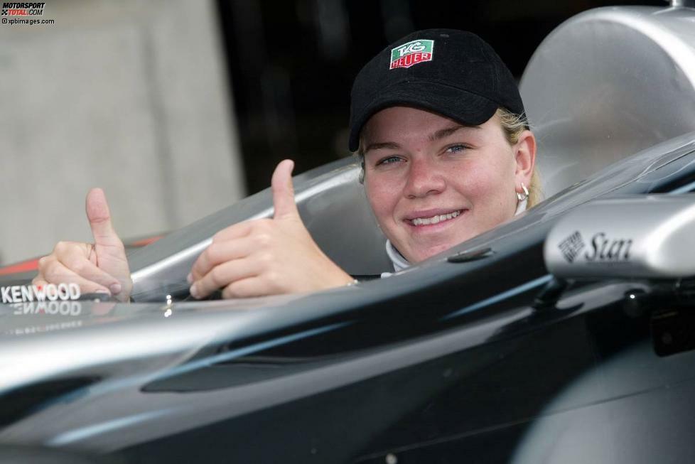 Im Ersatzauto von David Coulthard durfte Sarah Fisher in Indianapolis 2002 Demorunden drehen, doch der McLaren-Gaststar war um 19 Sekunden langsamer als Michael Schumacher.
