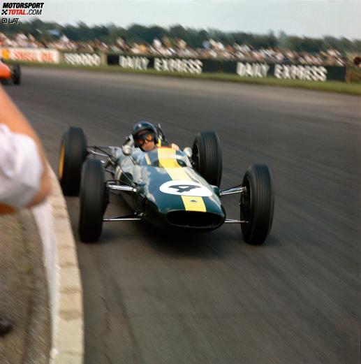 Schon 1962 feiert Jim Clark mit dem Lotus 25 drei Grand-Prix-Siege, aber erst 1963 gelingt der ganz große Durchbruch: Mit sieben Siegen, unter anderem hier in Silverstone, setzt er sich gegen seinen großen Rivalen Graham Hill auf BRM durch.