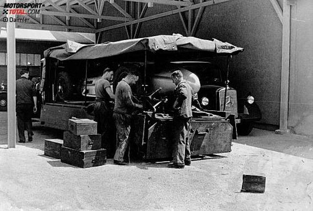 Hightech anno 1938, der berühmte Silberpfeil W 154. Der Legende nach lagen die Mercedes-Rennautos ursprünglich um ein Kilogramm über dem erlaubten Maximalgewicht von 750 Kilogramm, weshalb Rennleiter Alfred Neubauer den weißen Lack abkratzen ließ. Der Mythos war also eigentlich eine Verlegenheitslösung.