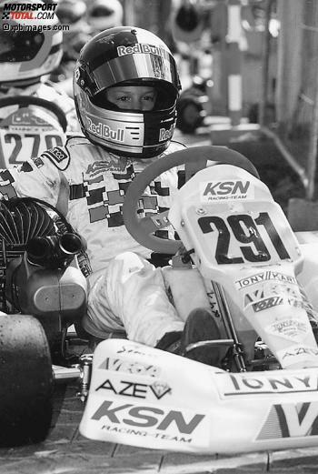 Babyface unter dem Helm, aber schon voll auf das große Ziel fokussiert: Der kleine Sebastian Vettel 2002 im Go-Kart.