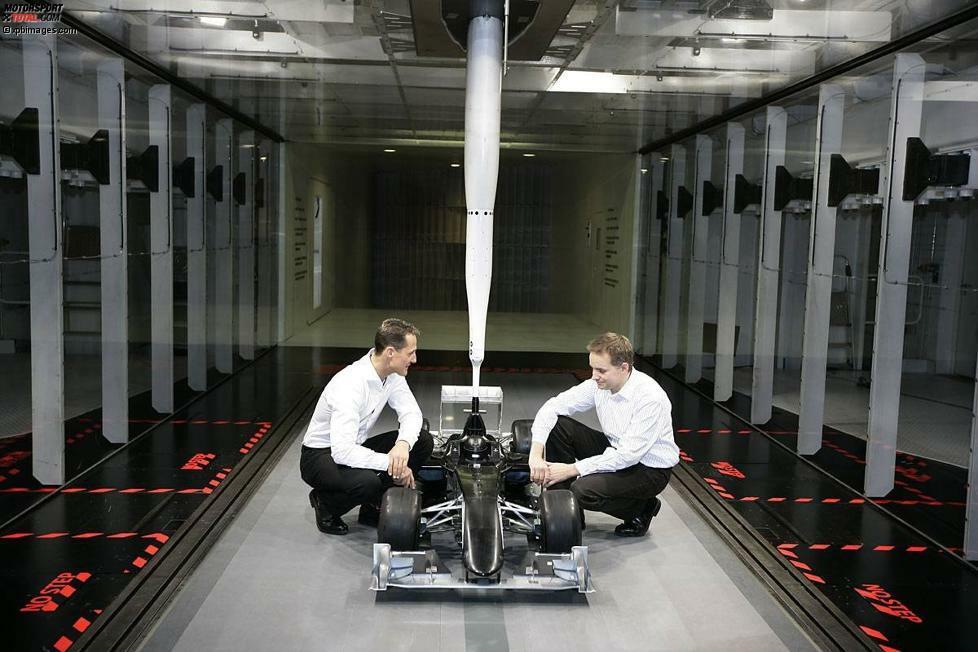 Das Comeback: Kurz vor Weihnachten 2009, am 23. Dezember, gibt Michael Schumacher seine Rückkehr in die Formel 1 bekannt. Er hat kurz zuvor einen Dreijahresvertrag bei Mercedes unterschrieben.