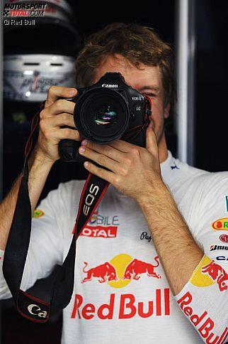 """Formel-1-Stars wie Sebastian Vettel einmal nicht vor, sondern hinter der Linse: Mehr als 50 Fahrer, Teamchefs und sonstige Legenden schickten von ihnen selbst aufgenommene (handsignierte) Fotos ein, die am 14. September im Ballsaal des Wyndham-Grand-London-Chelsea-Harbour-Hotels unter den Hammer kommen. Über die """"Zoom""""-Auktion informieren können sich Interessenten unter entweder unter <b><a href='http://facebook.com/pages/Zoom-Charity-Auction/339810699441418 ' target='_blank'><img src=/i/pfr.gif border=0>facebook.com/pages/Zoom-Charity-Auction/339810699441418 </a></b> oder unter <b><a href='http://twitter.com/ZoomAuction' target='_blank'><img src=/i/pfr.gif border=0>twitter.com/ZoomAuction</a></b>."""