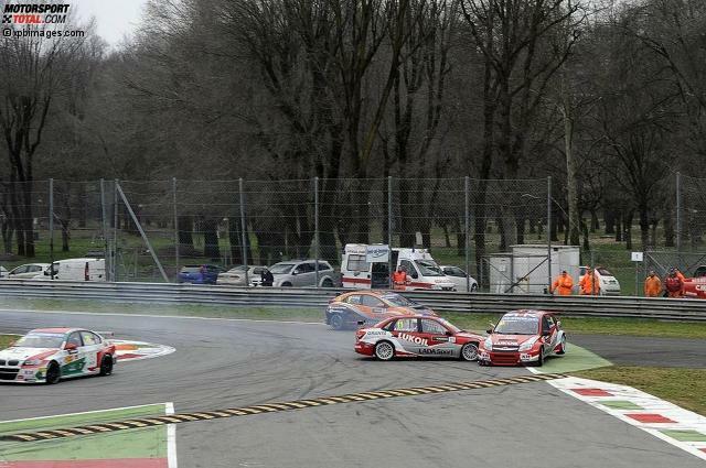 Es war die Szene des Tages beim WTCC-Saisonauftakt in Monza 2013: In der ersten Qualifikation des Jahres rauscht Aleksei Dudukalo nach einem missglückten Bremsversuch vor der ersten Schikane mit voller Wucht in seinen Lada-Teamkollegen James Thompson. Beide Autos fliegen von der Strecke.