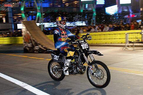 So kennt man den frühen Travis Pastrana. Auf seinem Bike gewinnt er einige Goldmedaillen bei den X-Games und wird quasi zu einem der großen Vorreiter des Freestyle-Sports.