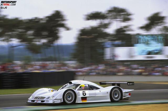 1999: Der 22-jährige Mark Webber tritt mit Mercedes bei den 24 Stunden von Le Mans an. Der erhoffte Triumph endet in einem Drama: Die Mercedes-Boliden bekommen auf den Geraden Unterluft, heben ab und fliegen wie Spielzeug-Autos durch die Luft. Webber, den es in Qualifying und Warm-Up gleich zweimal erwischt, entkommt wie durch ein Wunder unverletzt, doch der Traum vom Le-Mans-Sieg bleibt.