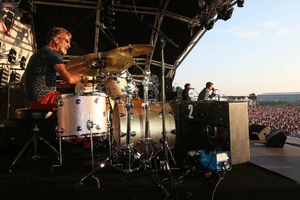 Er ist wieder einmal das Highlight: Nicht etwa die Hardrocker von Metallica sind die musikalischen Stars der Grand-Prix-Party am Sonntagabend, sondern Eddie Jordan an den Drums.