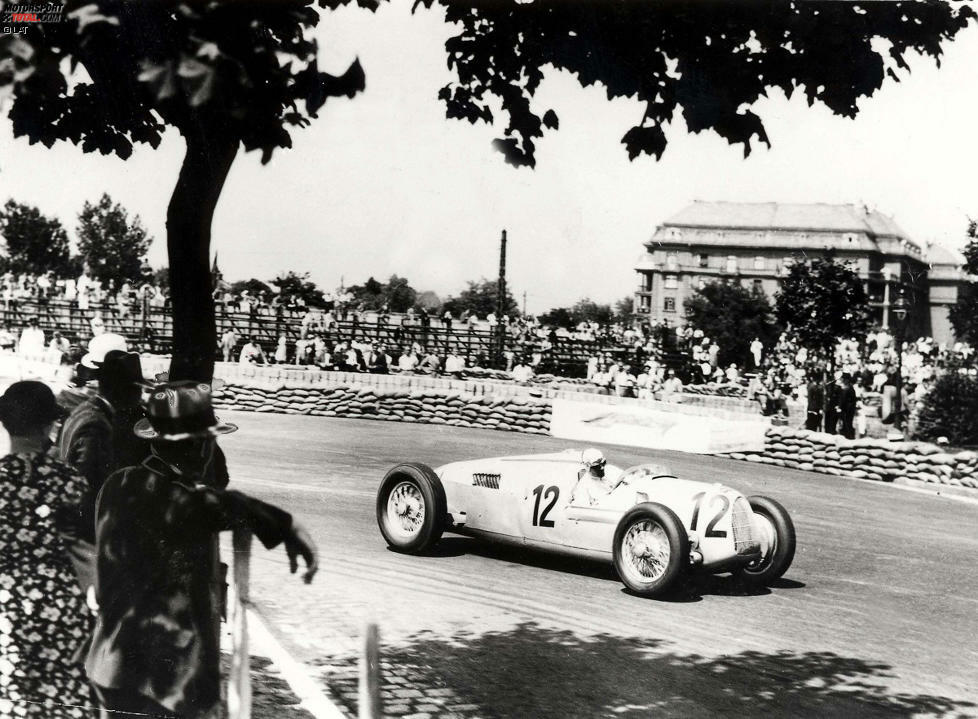 Erstmals wird ein Grand Prix von Ungarn bereits 1936 ausgetragen. Am 21. Juni verfolgen rund 100.000 Zuschauer das Rennen auf einer engen, verwinkelten Strecke im Nepliget-Park in Budapest. Alle Mercedes-Fahrzeuge fallen aus und Alfa-Romeo-Pilot Nuvolari gewinnt souverän vor den Fahrern der Auto Union. Der Lauf zählte damals allerdings noch nicht zur ausgetragenen Europameisterschaft. Erst 50 Jahre später wurde es ein offizieller Lauf der Formel-1-Weltmeisterschaft.