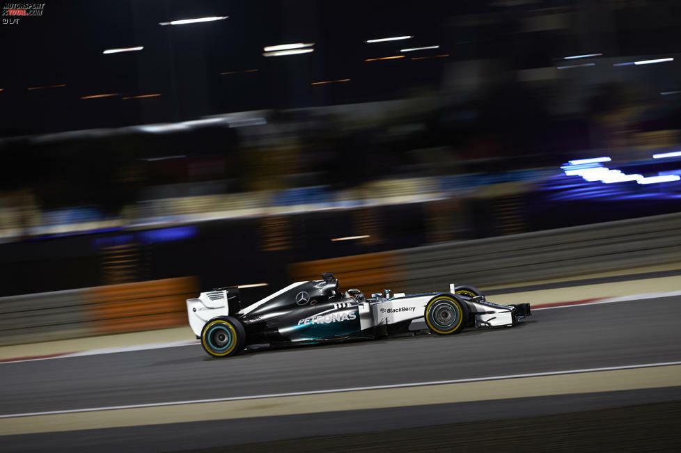 Lewis Hamilton lässt gleich am Freitag keine Zweifel aufkommen, wen es in Bahrain zu schlagen gilt. Der Brite dominiert vor dem Qualifying alle Trainingssitzungen und zeigt auch seinem Teamkollegen Nico Rosberg eindrucksvoll, dass er sich nicht hinter dem Deutschen anstellen will. Rosberg schließt indes alle Trainings als Zweiter ab und untermauert die Mercedes-Dominanz.
