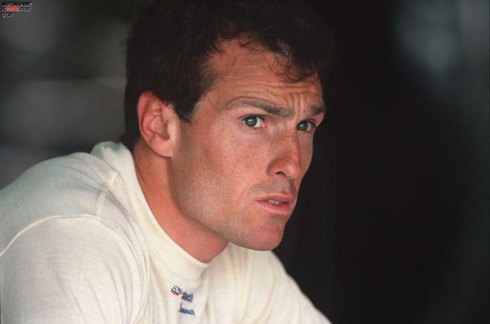 Am 5. Oktober 2014 erreichten die Formel-1-Welt traurige Nachrichten: Andrea de Cesaris verstarb im Alter von 55 Jahren bei einem Motorrad-Unfall. Der gebürtige Römer hatte eine lange Formel-1-Karriere hinter sich, die zwischen 1980 und 1994 die Teilnahme an 214 Grands Prix und Cockpits bei insgesamt zehn verschiednen Teams umfasste. Damit ist de Cesaris der Pilot, der in der Königsklasse die meisten Starts absolvierte, ohne einen Rennsieg zu landen.