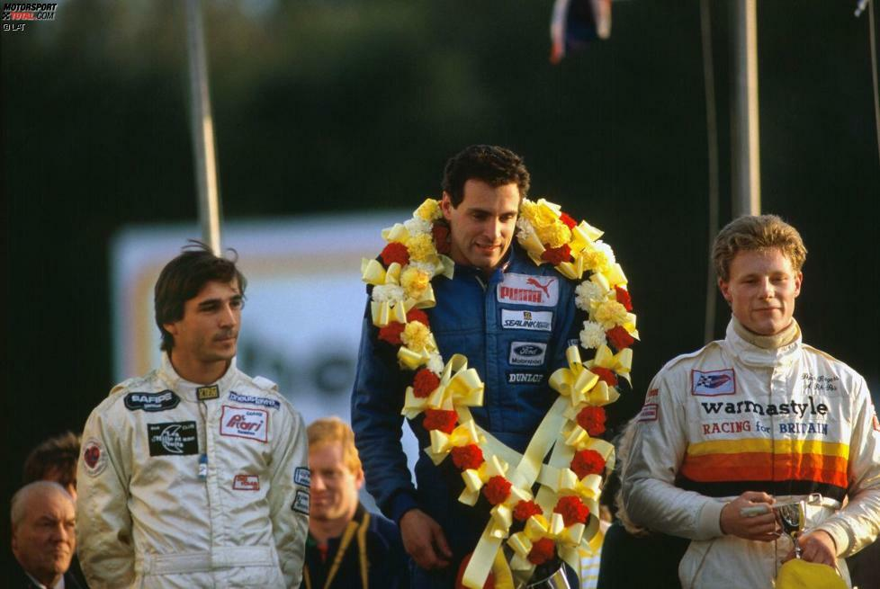 Mit Sieger Ratzenberger auf dem Brands-Hatch-Podium: Phillipe Favre (Zweiter, links) und Peter Rogers (Dritter, rechts). Mit seinem Triumph beim Formel-Ford-Festival löst Ratzenberger das Ticket für ...